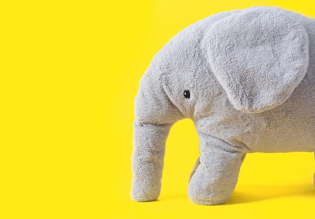 복사 공간 유행 노란색 배경에 회색 코끼리 장난감