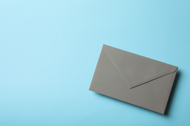 Серый конверт на синем фоне, место для текста