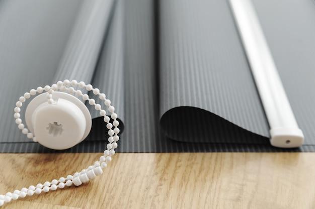 灰色の布製ブラインド。