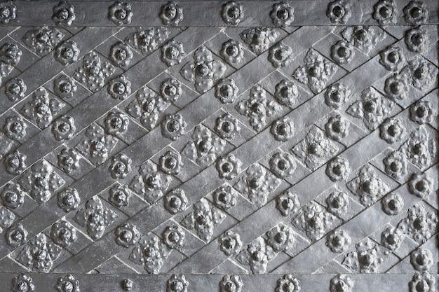 금속 줄무늬와 꽃 모양 리벳 회색 단조 플레이트
