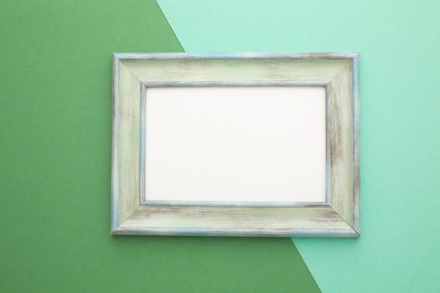 Серая рамка на зелено-бирюзовом фоне с местом для надписи. фото высокого качества