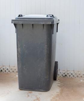 灰色のゴミ箱、ゴミ箱