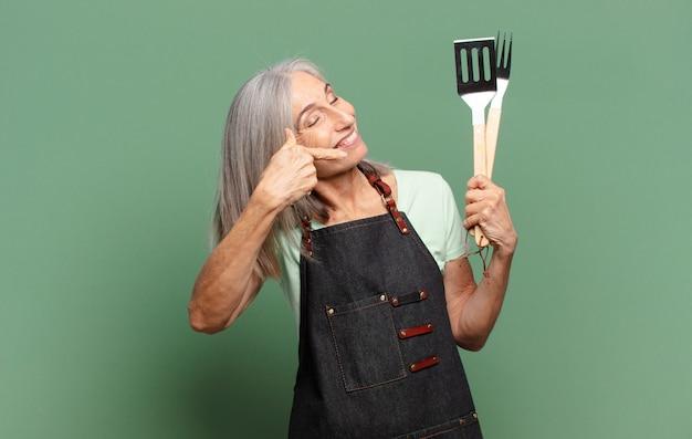 회색 머리 예쁜 바베큐 요리사 여자