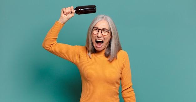 맥주를 마시고 회색 머리 예쁜 여자