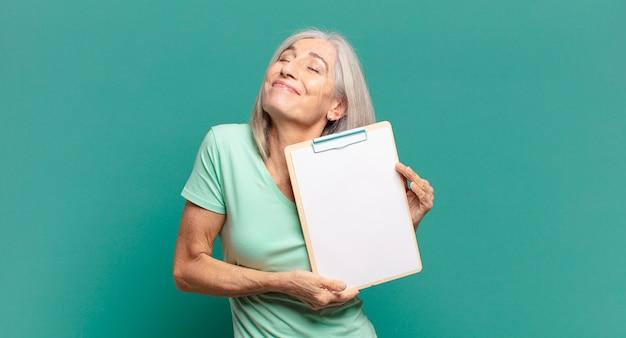 空の紙片を示す白髪のきれいな女性