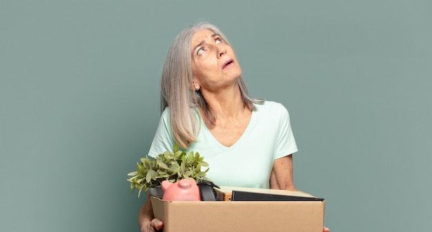白髪のきれいな女性の失業者の概念
