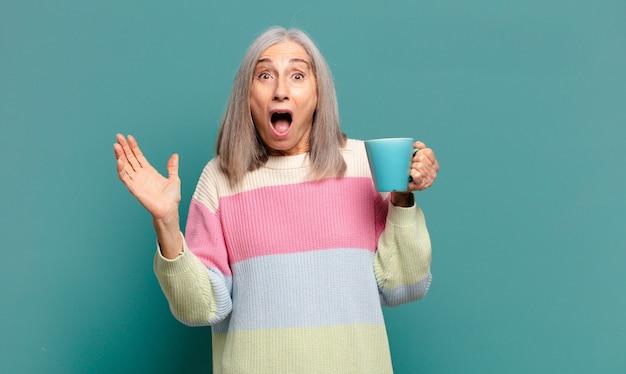 コーヒーやお茶と白髪のきれいな女性