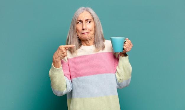 Седые волосы красивая женщина с кофе или чаем
