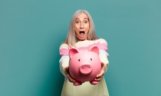 돼지 저금통과 회색 머리 예쁜 여자