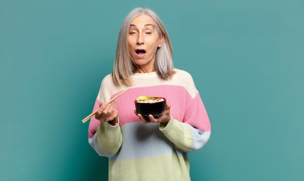 ラーメン丼と白髪のきれいな女性