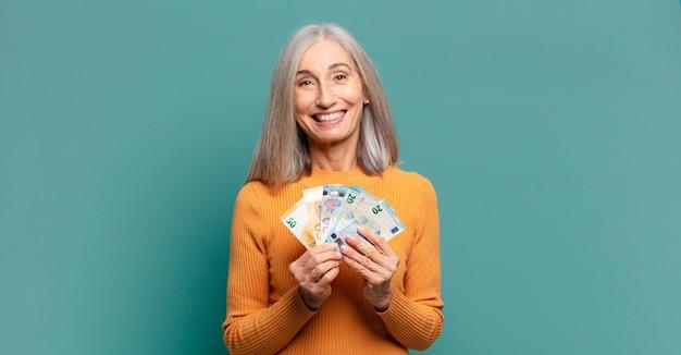 지폐와 회색 머리 예쁜 여자