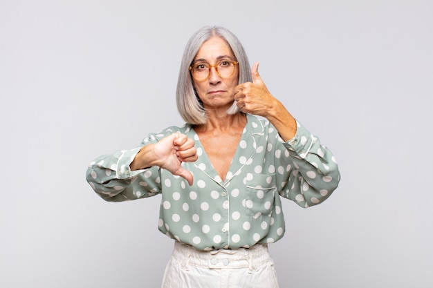 회색 머리 여자는 혼란스럽고, 우둔하고, 확신이 없으며, 다른 옵션이나 선택에서 좋고 나쁜 것에 가중치를 둡니다.