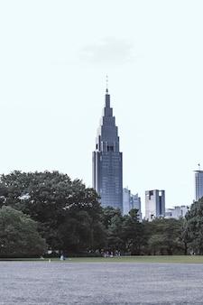 Alto edificio grigio
