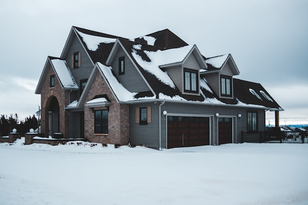 차고와 회색 집