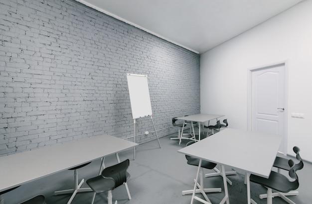 オフィスの灰色のインテリア。最小限の作業スペース
