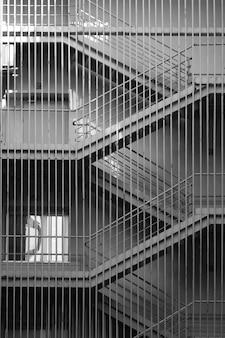 건물의 회색 금속 계단