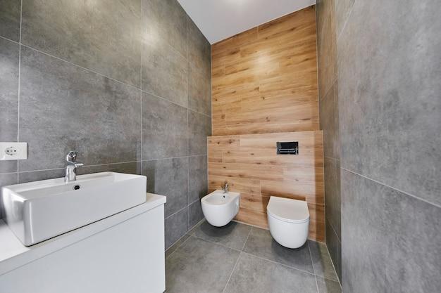 灰色のモダンなトイレ。アパートの要素のインテリア。