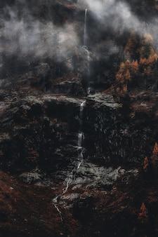 灰色の山の風景