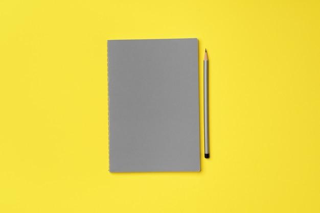 노란색 평면도에 연필로 회색 메모장