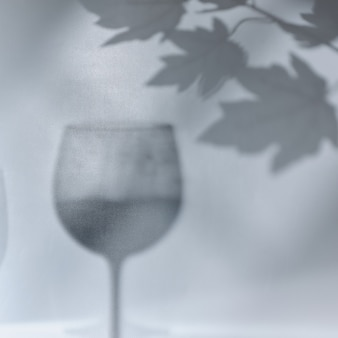 와인과 포도 나뭇가지의 그림자가 있는 회색 오버레이 텍스처