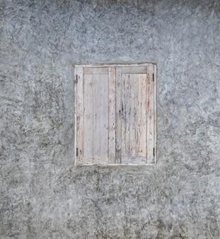 古いヴィンテージの窓と灰色の漆喰壁