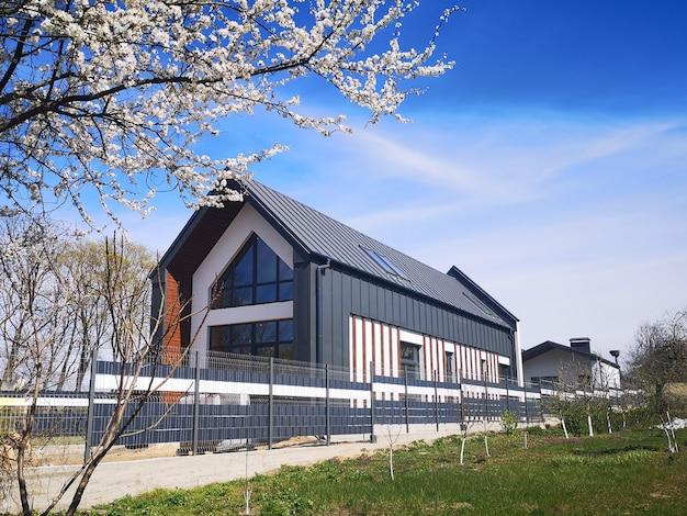 Серый частный дом с металлочерепицей