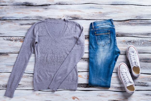 회색 풀오버와 청바지 스웨트셔츠 청바지와 케즈캐주얼 의류 및 신발류 심플한 옷 ...