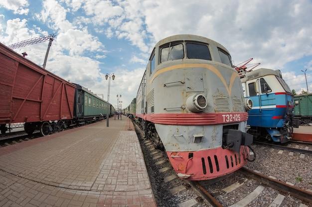 리가 역의 박물관에 있는 회색 희귀 열차