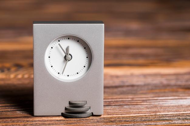 나무 질감 배경에 회색 사각형 시계