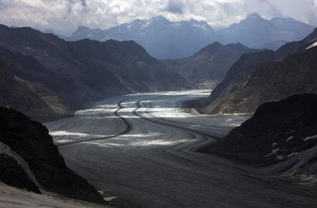 山に囲まれた灰色の道