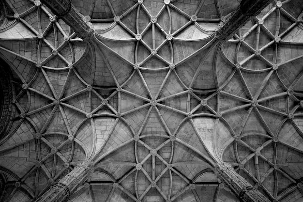 織り目加工の天井のグレースケールショット