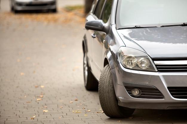 アスファルト道路の静かなエリアに駐車した灰色の光沢のある車