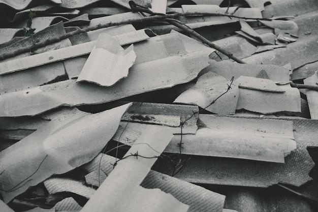 さまざまな形やサイズの断片に分割された灰色のスレート