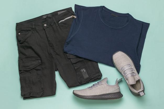 회색 운동화, 카고 바지, 파란색 티셔츠에 파란색. 유행 청소년 캐주얼 의류.