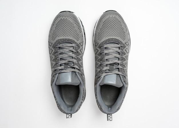 Серые кроссовки, изолированные на белом фоне спортивная обувь