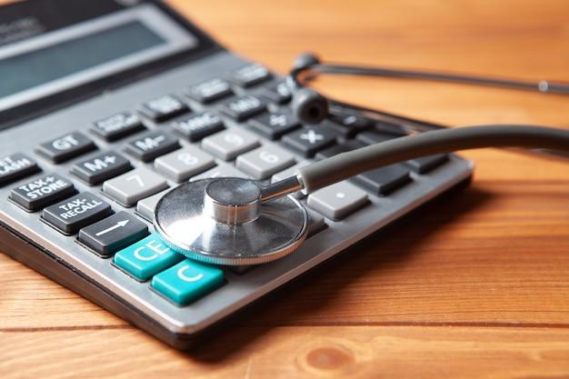 テーブルの上の計算機の灰色の聴診器