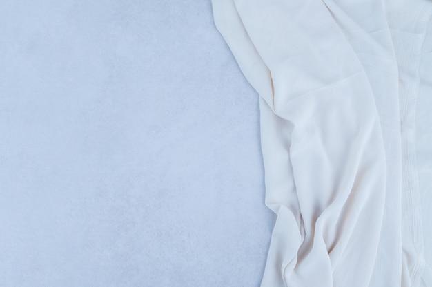 흰색 천으로 회색 표면.