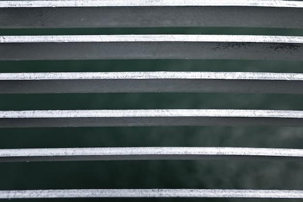 背景の灰色の織り目加工の金属の都市の壁