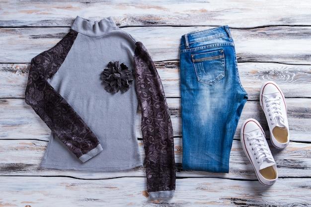 검은색 소매 스웨트셔츠 청바지와 흰색 신발이 달린 그레이 탑, 플라워 아플리케가 있는 새로운 캐주얼 의류...