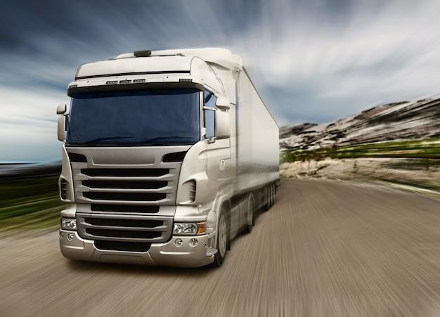 Серый грузовик на шоссе