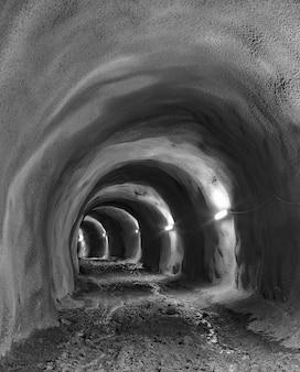 内部の灰色のトンネル