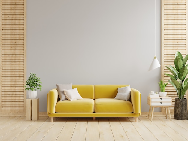 В гостиной с серыми стенами есть желтый диван и украшение
