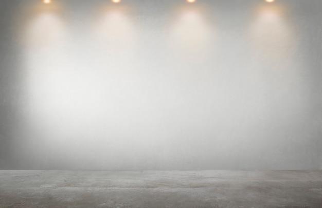 Muro grigio con una fila di faretti in una stanza vuota