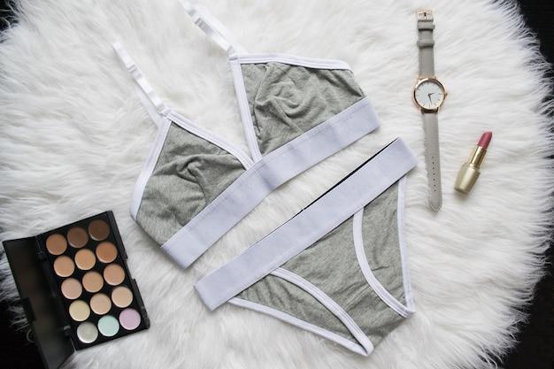 白い毛皮のスポーツのために設定された灰色の白いリネン