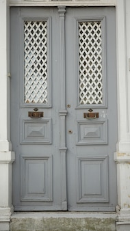 グレー木製ドア