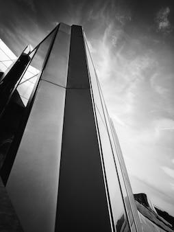 Фото зданий в оттенках серого под низким углом