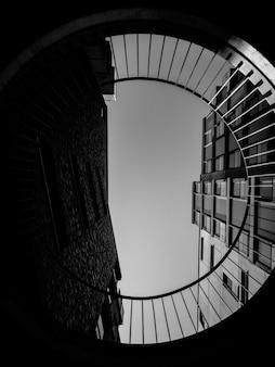 Fotografia in scala di grigi di edifici ad angolo basso