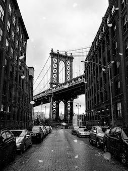 브루클린 다리의 회색조 사진