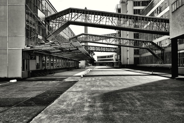 두 건물을 서로 연결하는 유리창이있는 다리의 회색조 샷