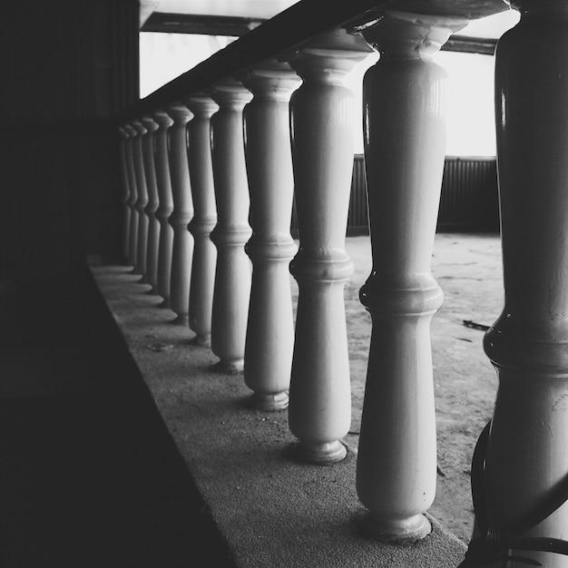 난간에 있는 기둥의 회색조 샷